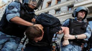اعتقال متظاهر في موسكو