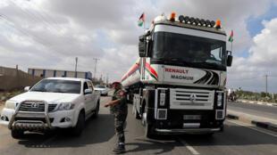 ناقلة الوقود المتجهة إلى محطة غزة للطاقة في وسط قطاع غزة