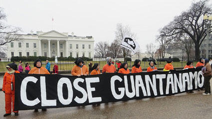 صورة لناشطين يتظاهرون أمام البيت الأبيض للمطالبة بإغلاق سجن غوانتانامو