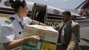 تفريغ مساعدات من منظمة أطباء بلا حدودفي مطار صنعاء الدولي، اليمن 14 مايو 2015.