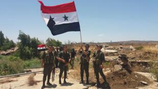 الجيش السوري يرفع علم سوريا بأحد محافظاتها