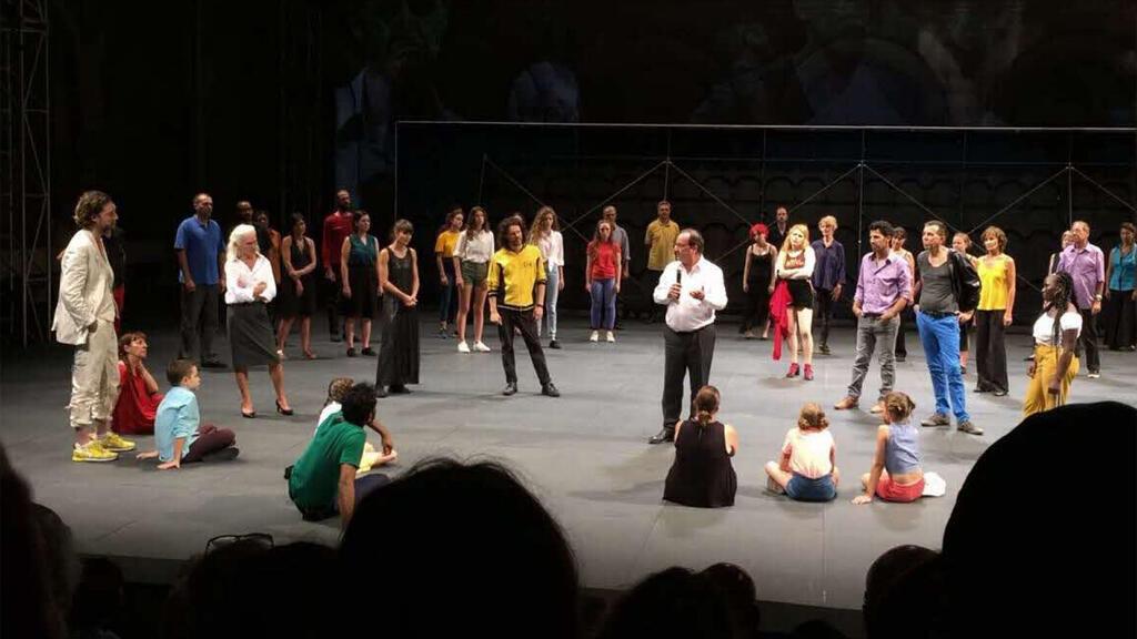 الرئيس الفرنسي السابق فرانسوا هولاند على خشبة المسرح