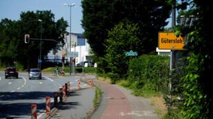 لافتة تشير إلى مدينة غوترسلوه  في ألمانيا حيث تجدد انتشار وباء كورونا (23 حزيران/ يونيو 2020)