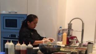 سيدة  في المطبخ