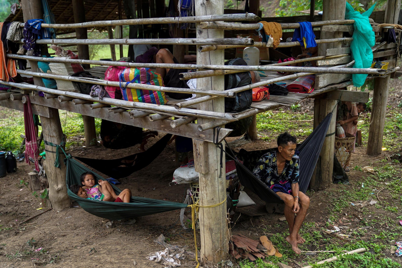 صورة لأحد القرويين الذين فروا من مخيم إي ثو هتا للنازحين في ميانمار، بتاريخ 29 أبريل 2021