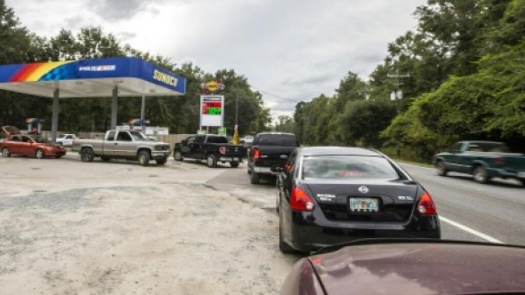 صورة المواطنين  يصطفون في محطة وقود خارج مدينة تالاهاسي ، فلوريدا
