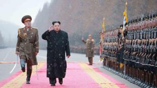 """كيم جونغ أون يتفقد وزارة """"قوات الشعب المسلحة"""" في بيونغ يانغ 10 كانون الثاني/يناير 2016"""