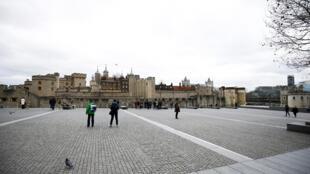 الناس يمشون بالقرب من برج لندن