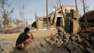 / رجل يمني ينظر إلى منزله الذي دمّرته الحرب