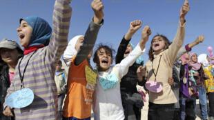الصورة لأطفال سوريين عالقين على الحدود مع الأردن