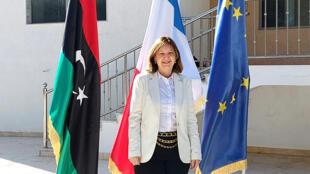 صورة للسفيرة الفرنسية في ليبيا بياتريس لو فرابيه عقب خبر افتتاح إعادة افتتاح السفارة