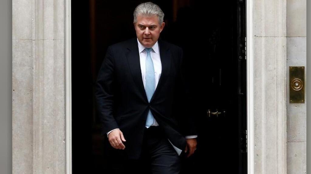 وزير الأمن البريطاني براندون لويس يغادر مقر الحكومة في لندن