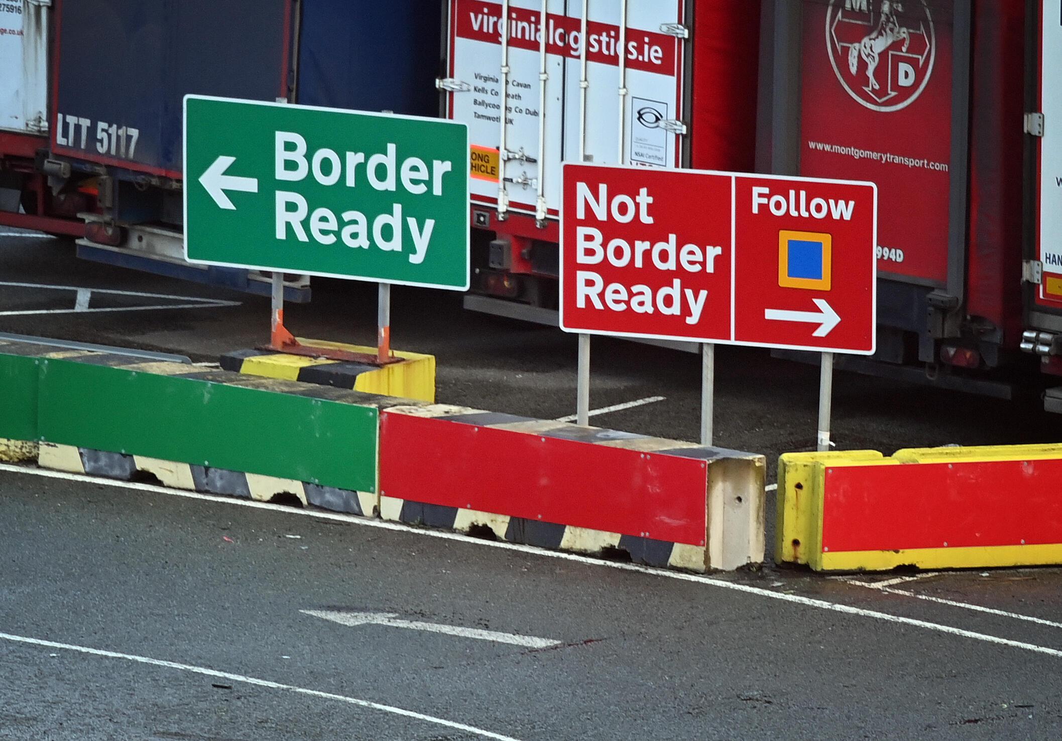 لافتات تشير إلى اعتماد المركبات اتجاها مختلفا إلى إيرلندا في منطقة تسجيل الوصول في ميناء هوليهيد في أنجلسي، شمال ويلز، في 2 يناير 2021، بعد خروج بريطانيا من الاتحاد الأوروبي