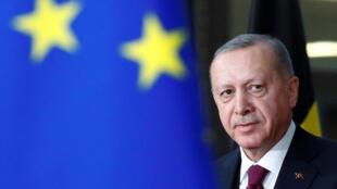 الرئيس التركي وعلم الاتحاد الأوروبي
