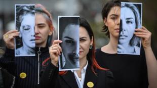 تظاهرة لناشطات من جمعية Declic للدفاع عن النساء المعنفات، يحملن فيها صورا لنساء تعرضن للعنف الأسري، بوخارست، رومانيا