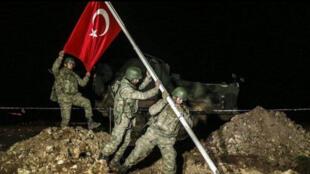جنود يضعون العلم التركي-