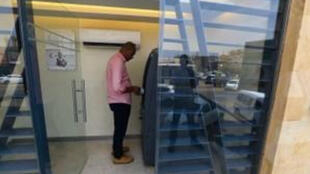 سوداني يسحب النقود من البنك