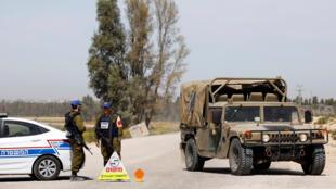 سيارة عسكرية إسرائيلية تغلق الطريق