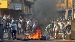 محتجون يرشقون قوات الأمن بالحجارة خلال احتجاجات ضد قانون الجنسية الجديد في مانجالورو بالهند يوم الخميس