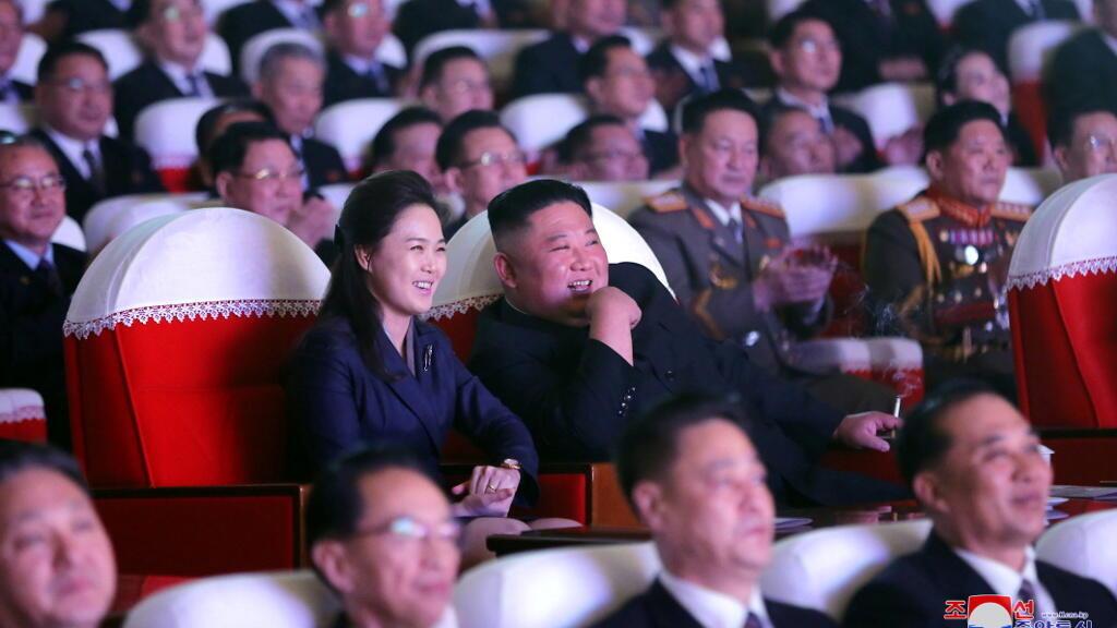 كيم جونغ أون وزوجته في مسرح مانسوداي للفنون في بيونغ يانغ