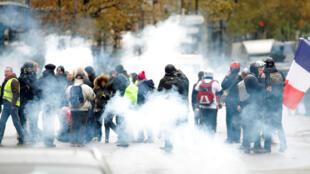 شرطة باريس تطلق الغاز المسيل للدموع لصد محتجين في الذكرى السنوية الأولى لمظاهرات السترات الصفراء المناهضة للحكومة في باريس