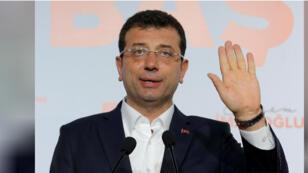 أكرم إمام أوغلو مرشح حزب الشعب الجمهوري في الانتخابات المحلية في اسطنبول يتحدث خلال مؤتمر صحفي باسنطبول في أول أبريل نيسان