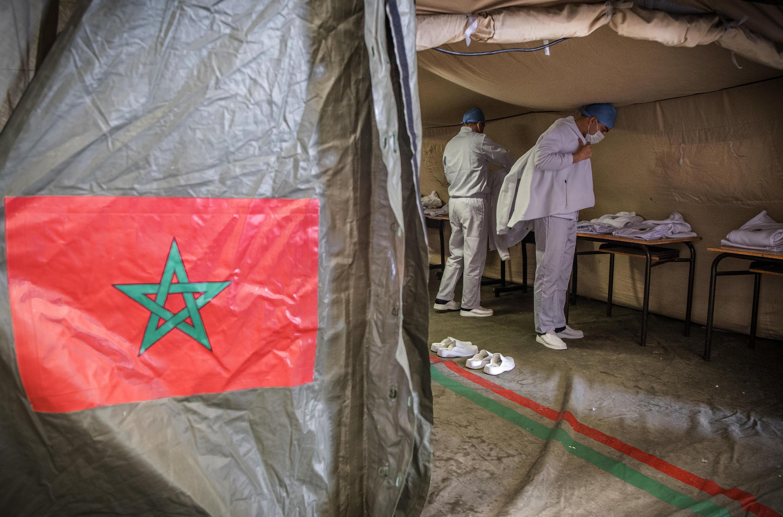 أعضاء الطاقم الطبي في المستشفى الميداني العسكري في المغرب في منطقة بنسليمان يرتدون ملابس واقية استعدادا لمباشرة واجبهم المهني