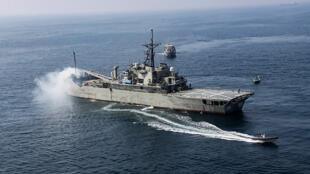 سفينة هجومية برمائية تابعة للبحرية الإيرانية خلال مناورات