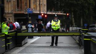 عناصر من الشرطة البريطانية يقفون قرب مبنى البرلمان