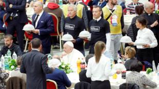 البابا فرنسيس يتناول الغداء مع الفقراء