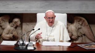 البابا فرنسيس يحضر قداسا في كتدرائية سان ماري أثناء زيارته لدبلن بإيرلندا