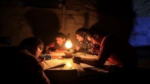 إنارة تقليدية لدى عائلة فلسطينية في غزة