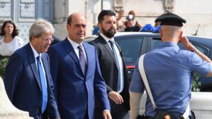 رئيس الوزراء الإيطالي السابق باولو جنتيلوني (على اليسار) وزعيم الحزب الديمقراطي نيكولا زينغاريتي يصلان إلى مقرالرئيس الإيطالي في إطار جولة ثانية من المشاورات لتشكيل حكومة يوم 28 أغسطس 2019