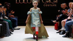 الطفلة دايزي - ماي أثناء مشاركتها بعرض للأزياء