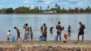 لاجئون من الروهينغا على شاطئ في بولاو إيدامان، وهي جزيرة صغيرة قبالة ساحل شرق آتشيه في شمال سومطرة، يوم السبت 5 يونيو 2021، بعد يوم من وصول حوالي 80 من الروهينغا قبالة الساحل الإندونيسي.