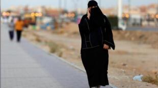 إمرأة سعودية تتحدث بالهاتف الجوال