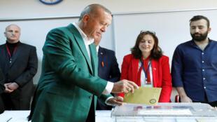 أردوغان يدلي بصوته في الانتخابات البلدية