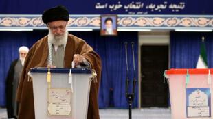 علي خامنئي يصوت في الانتخابات البرلمانية