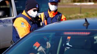 شرطيان بلجيكيان على الحدود البلجيكية - الهولندية