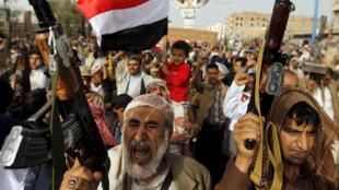 حوثيون يتظاهرون ضد الغارات الجوية التي تقودها السعودية في العاصمة اليمنية صنعاء 18 مايو 2015