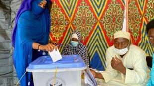 امرأة تشادية أثناء عملية التصويت