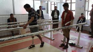 أشخاص يتدربون على استعمال الأطراف الاصطناعية في اليمن