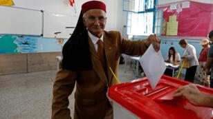 رجل يدلي بصوته في الانتخابات التشريعية التونسية