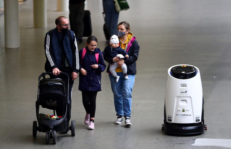 روبوت لقتل فيروس كورونا بالأشعة فوق البنفسجية في واحدة من أكبر محطات القطارات في محطة سانت بانكراس الدولية وسط لندن