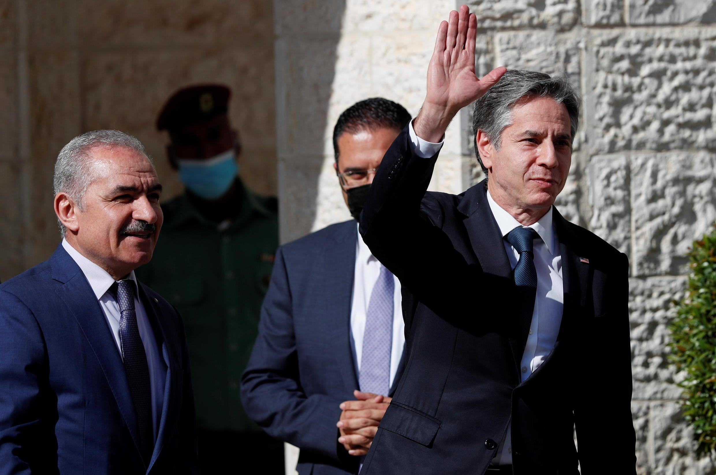 وزير الخارجية الأميركي بلينكن يحيي رئيس الوزراء الفلسطيني محمد شتيه (الضفة الغربية، رام الله، 25 مايو 2021)