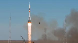 مركبة الفضاء سويوز MS-10 التي تحمل طاقم رائد الفضاء نيك لاهاي من الولايات المتحدة ورائد الفضاء الروسي أليكسي أوفشينين إلى محطة الفضاء الدولية (ISS) من منصة الإطلاق في قاعدة بايكونور الفضائية