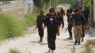 مقاتلون يدخلون قرية المسطومة في مدينة إدلب، 19 مايو 2015