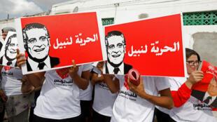 أنصار يحملون يافطات تطالب بالحرية لنبيل القروي المسجون