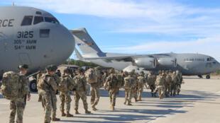 تظهر هذه الصورة التي نشرها الجيش الأمريكي يوم 2 يناير 2020 جنودا من المظليين في الجيش الأمريكي في قاعدة أمريكية