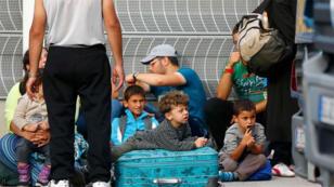 مهاجرون ينتظرون على الحدود النمساوية 16 سبتمبر 2015.